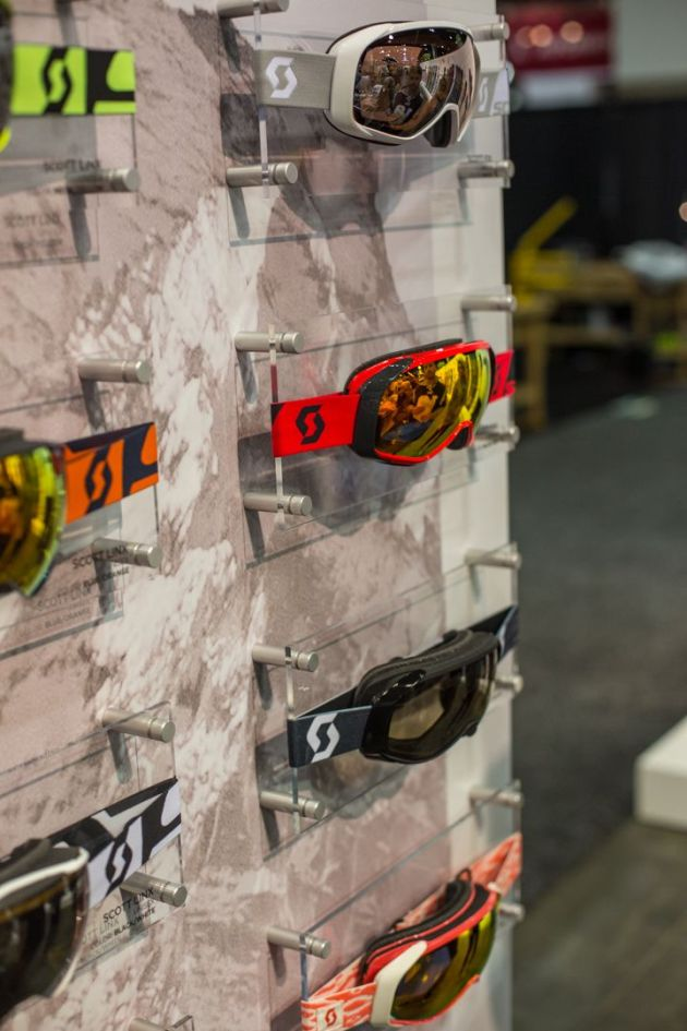 New for 2016, the Fix goggle now boasts outriggers for a secure fit with any helmet.